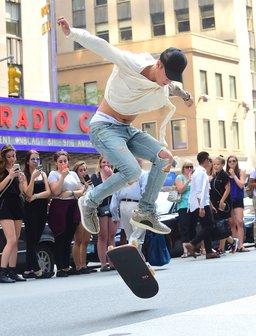 Justin Bieber skateboarding